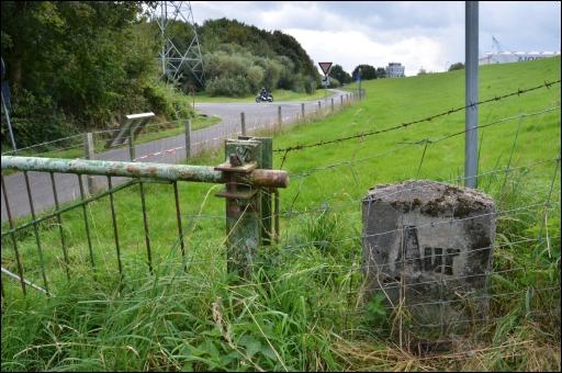 Grenzstein an der alten Grenze zwischen den Regierungsbezirken Aurich und Osnabrück am Emsdeich bei Papenburg.