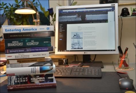 Ein Stapel ungelesener Bücher auf meinem Schreibtisch.