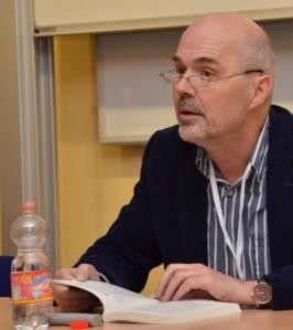 Chris Beckett, Ehrengast aus England, liest »The Peacock Cloack«.