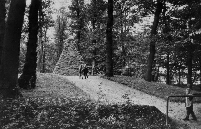 Der Upstalsboom bei Rahe war im Mittelalter Versammlungsstätte der Friesen. Das Denkmal ist aus dem 19. Jahrhundert.