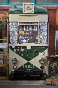 Der Klomann fährt Straßenbahn. Gesehen in Markthalle Neun.