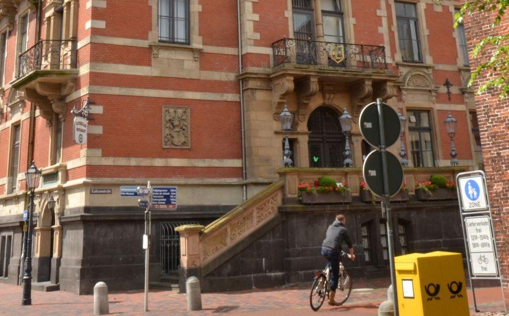 Der Eingang des alten Rathauses von Leer