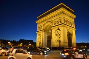 Im Herbst wird es früh dunkel: der Arc de Triomphe am frühen Abend.