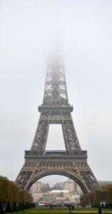 Die Spitze des Eiffelturms verschwindet im Nebel.